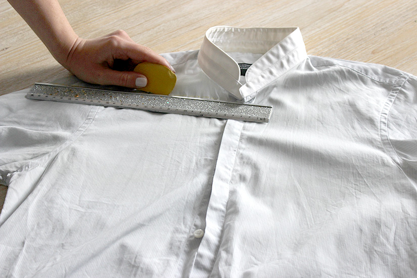 Học cách cắt áo sơ mi của bố thành áo lệch vai sexy ngày hè