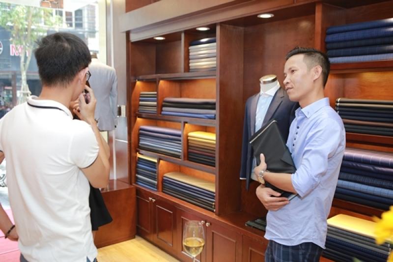 Người thợ may 'thổi hồn' vào những bộ suit nổi tiếng đất Hà Thành