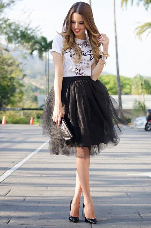 Chân váy xòe dài màu đen nên kết hợp mặc với áo kiểu gì?