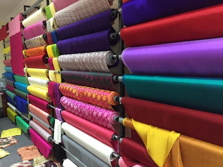 Lụa tơ tằm bao nhiêu một mét? Cách tính giá khi mua vải Lụa